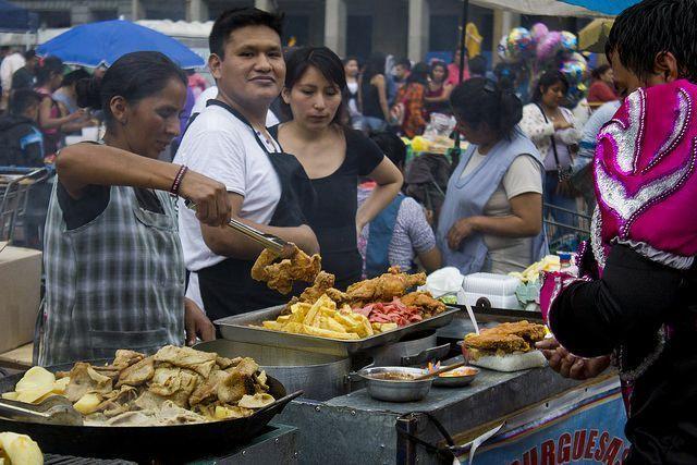 mercado en Bolivia. Es super típico la comida a pie de calle.